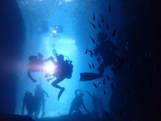 冬でも暖かい沖縄へ(17)真栄田岬・青の洞窟ダイビング。青をバックに撮るダイバーのシルエットも美しく