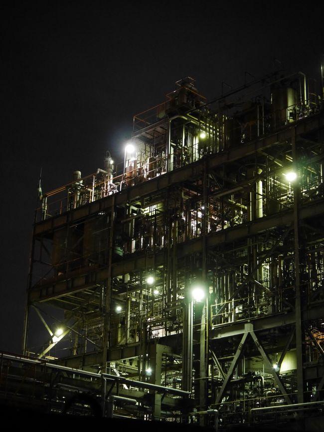 2018年11月17日(土)、はとバスを利用して川崎工場夜景へ行ってみた。<br />以前から行ってみたいと思っていた工場夜景。<br /><br />かなり遠くから眺める事はできても、<br />工場の敷地内まで入り込み、間近で工場夜景を見ることは個人ではなかなか難しい。<br /><br />最初は単なる時間潰しを目的に期待せずに参加したツアーだったけれど、<br />個人では行く事は難しいようなエリアにも入る事ができ、満足の夜でした。<br /><br /><br />【はとバス公式ホームページ】<br /> https://www.hatobus.co.jp/<br /><br />【川崎観光協会】<br /> http://www.k-kankou.jp/index.html<br /><br />【同日に行った他の旅行記】<br />①赤羽八幡神社へ行ってみた<br /> https://4travel.jp/travelogue/11430163<br />②丸の内イルミネーション2018へ行ってみた<br /> https://4travel.jp/travelogue/11431199<br /><br /><br /><br /><br />