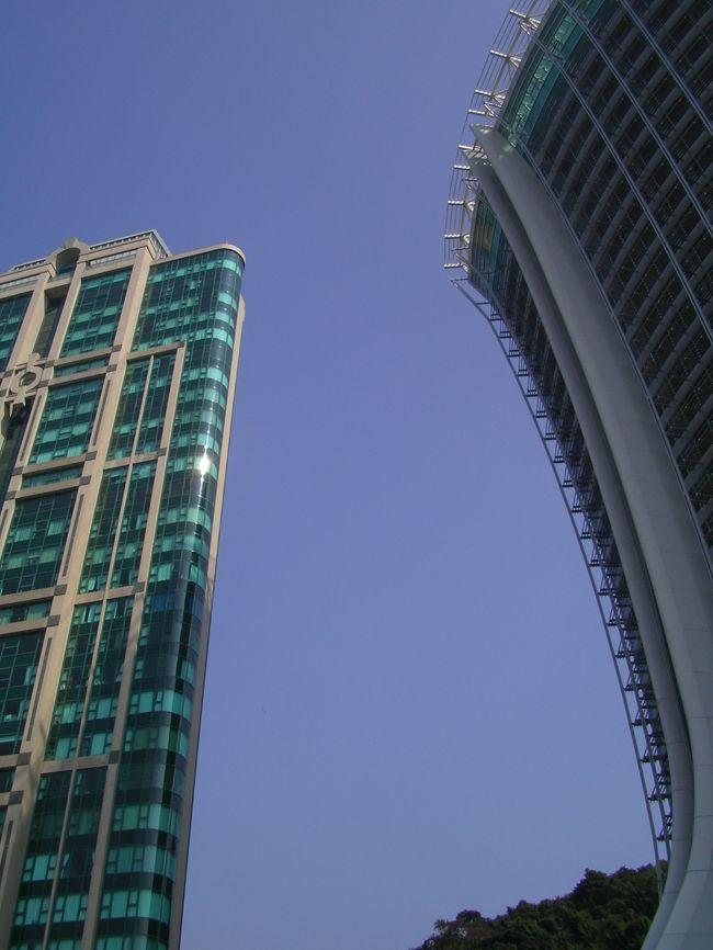 香港は初の友人とクリスマス時期とはいえ<br />何も関係のなかった師走の香港、後半の<br />3日目からです。<br />写真右側のビル、香港にも斜塔が??<br />てなわけはなく、淺水灣にできた<br />The Lily というビルです<br />