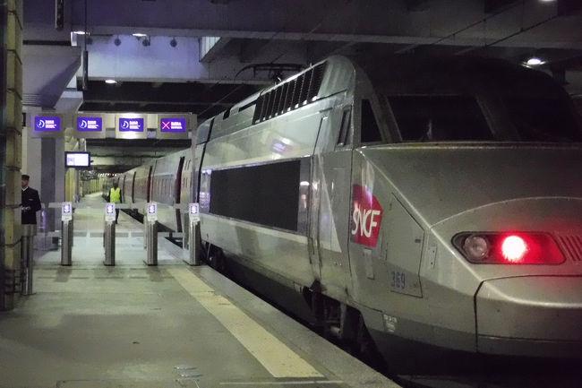 フランス旅行も終盤に差し掛かりました。今日はパリを抜けだし何故か日本人に人気のモンサンミッシェルへ行きます。ツアーではなく、TGVとバスで行く、一泊するゆっくり旅です。<br />先ずはホテル近くから路線バスでTGVの始発駅のモンパルナス駅へ。そこからレンヌに向かい、レンヌからはバスでモンサンミッシェルに行きます。移動だけで半日かかります。<br /><br />モンサンミッシェルへの行き方などの情報は次のページが大変参考になりました。<br />↓おくびょぅ女の一人旅<br />https://onna-hitoritabi.com/france/mont-st-michel/paris-msm<br /><br />↓モンサンミッシェル公式ページ<br />http://www.bienvenueaumontsaintmichel.com/en<br /><br />前の旅行記・・・シャンゼリゼ界隈で夕食編<br />https://4travel.jp/travelogue/11429793<br /><br />□9月8日 名古屋から香港<br />□9月9日 香港からパリ、パリ散策<br />□9月10日 ルーブル美術館、エッフェル塔<br />□9月11日 モンマルトル散策、ムーランルージュ<br />□9月12日 ベルサイユ宮殿、凱旋門、シャンゼリゼ通り<br />■9月13日 モンサンミッシェル(泊)<br />□9月14日 モンサンミッシェルからパリ・モンパルナス<br />□9月15日 ルーブル美術館、オルセー美術館、エッフェル塔<br />□9月16日 パリから香港<br />□9月17日 香港から名古屋