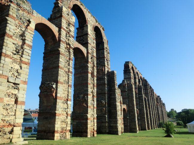 メリダは、現在は一地方都市にすぎませんが、ローマ帝国時代には、イベリア半島は、東、西、南に3分割されており、その西部のルシタニア地方を統括したのがメリダであり、トレド~リスボン、サラマンカ~セビージャを結ぶ接点として栄えたため、スペイン最大のローマ遺跡が残っています。「銀の道」の重要中継地でもありました。<br />わずか半日の滞在でしたが、少し歩くたびに ローマ時代の遺跡に出会えるという、「小ローマ」と称されるメリダの街での 遺跡巡りを満喫しました。<br />ちなみに 旅行前の情報収集の折 「メリダ」と入力すると、たびたびメキシコの「メリダ」が現れました。メキシコは スペインの植民地だったんですね。日頃は意識することさえない過去の歴史を振り返る思いでした。