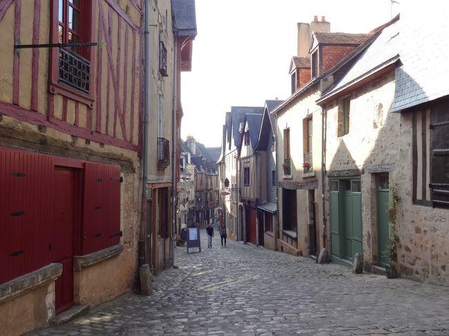 パリ郊外のレジデンスから、ミリー・ラ・フォレという町に<br />日帰りで出かける。翌日、9日間滞在したレジデンスを<br />チェックアウトし、ノルマンディのカーンに向かう。<br /><br />レンタカーでの移動なので、途中どこかに寄ってと探っていて・・<br />パリから一息で行ける距離で、旧市街の街歩きが魅力ありそうと<br />いうことでサトル県の <ル・マン>に。 <br /><br /><br />
