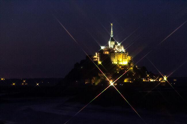 モンサンミッシェル修道院を抜けて、島外に脱出、夕食を食べたのち神秘的なモンサンミッシェルのライトアップを堪能します。<br /><br />前の旅行記・・・修道院編<br />https://4travel.jp/travelogue/11432555<br /><br />□9月8日 名古屋から香港<br />□9月9日 香港からパリ、パリ散策<br />□9月10日 ルーブル美術館、エッフェル塔<br />□9月11日 モンマルトル散策、ムーランルージュ<br />□9月12日 ベルサイユ宮殿、凱旋門、シャンゼリゼ通り<br />■9月13日 モンサンミッシェル(泊)<br />□9月14日 モンサンミッシェルからパリ・モンパルナス<br />□9月15日 ルーブル美術館、オルセー美術館、エッフェル塔<br />□9月16日 パリから香港<br />□9月17日 香港から名古屋