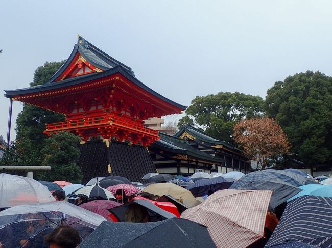 早稲田にある穴八幡宮では冬至の日から節分の日までの間、一陽来復のお守りを受ける事ができます。冬至の日には毎年大型の観光バスで全国各地から沢山の人がきて混雑します。やはり「金銀融通」ということで、商売をされている方が多いみたいです。列に並んでいる間、全国各地の金運アップスポットの話などがそこここで話題になっていました。新年を迎えるにあたって、金運アップのパワースポット巡りなどいいかもしれません。