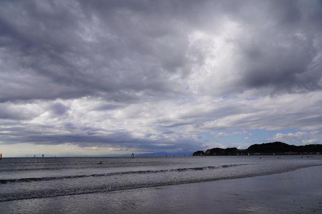 今年最後の三連休は、家でのんびりしようと思っていたのだが、29日以降の気温がかなり低そうだったので、今のうちに鎌倉を歩いておこうと思い、急遽出発。<br />鎌倉までは、いつもの乗り継ぎで向かう。<br />そして、鎌倉駅には9時半過ぎに到着。<br />今回は、気になっていた元八幡神社を参拝し、その後、材木座海岸まで歩いてみることにした。