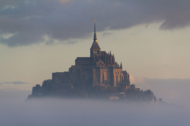 モンサンミッシェルで一泊、迎えた早朝、まだ暗い中もう一度モンサンミッシェルを見に行きます。そこには、まるで天空の城を思わせるような・・・<br /><br />前の旅行記・・・モンサンミッシェル後編<br />https://4travel.jp/travelogue/11433244<br /><br />□9月8日 名古屋から香港<br />□9月9日 香港からパリ、パリ散策<br />□9月10日 ルーブル美術館、エッフェル塔<br />□9月11日 モンマルトル散策、ムーランルージュ<br />□9月12日 ベルサイユ宮殿、凱旋門、シャンゼリゼ通り<br />□9月13日 モンサンミッシェル(泊)<br />■9月14日 モンサンミッシェルからパリ・モンパルナス<br />□9月15日 ルーブル美術館、オルセー美術館、エッフェル塔<br />□9月16日 パリから香港<br />□9月17日 香港から名古屋