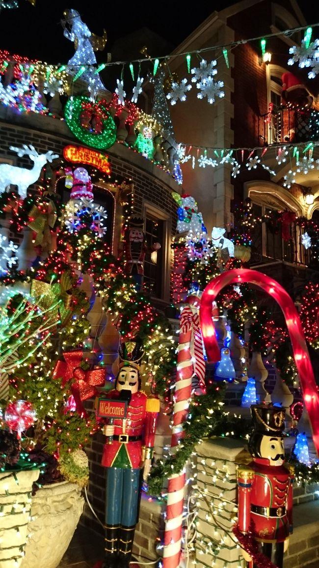 クリスマスの時期に観光客がNYに集まるのは昔から。それはクリスマスのイルミネーションを見るためと、大晦日のカウントダウンと特別なエンターテイメントをみるため。<br />マンハッタンに住んでいた私たちは車がなく別の区に出かけることは結構リスクのあることでした。今は地下鉄も安全になって郊外に出かけることも気楽にできる。<br />クリスマスイルミネーションと言えばロックフェラーセンターを中心にしたものでしたが、最近郊外の住宅地の個人の家の飾りつけが年々派手になり、そういう家が集まっているダンカーハイツというところに全米から観光客が集まるというので夜はここに行ってみることにしまた。<br />昼間は今日もメトロポリタン美術館に出かけ、5番街の本館をちょっと見た後夫と別れて私はハーレムより北にあるクロイスターズに行きます。ここには3年住んでいたのに一回しか行ってませんでした。治安が悪い地域を通るからなかなか行けなかったのが最近は毎回来ている。ヨーロッパの教会巡りをしているとここのコレクションのすばらしさに魅了されるから。<br />夫は一人で自然史博物館を見学した後スタテン島フェリーに乗って自由の女神を見、ブルックリンブリッジを歩いていたらしい。<br />この日も交通パスとMETのメンバーカードを有効活用しました。<br />