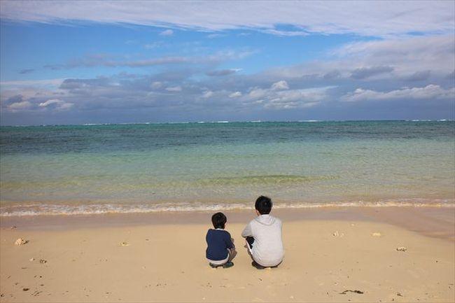 かれこれ4度目になる沖縄での年越し。暖かいところで迎えるお正月は最高に贅沢でお金もかかりますが、家族みんなそれぞれに頑張ってきた1年のご褒美ですから。<br /><br />今回は、冬の海でシュノーケリングをする予定で慶良間のボートシュノーケリングを早々に予約していたのですが、出発3週間前に主人と次男が追突され、追突されたのが2度目の主人は首の調子が思わしくなく、キャンセルすることに。<br />2回とも赤信号で停車していたのにもかかわらず・・・困ったものです。<br /><br />でも、沖縄には何とか行くことができました。<br /><br />カフー2泊と名嘉真荘に1泊、いずれもお食事が美味しくて、夕朝付きにして正解☆<br />エアーはANA早割りで安く押さえ、しかもマイルをANAコインに換えて購入したので、4人分で持ち出し往復72,370円。<br />(内訳)12/29往路146,560円(うちANAコインで120,000円支払い)<br />    1/1 復路45,810円<br /><br />レンタカーはANAのサイトから予約。4日間免責込みで10,480円と破格値。タイムズレンタカーだったので、空港には近いし、車貸し出しまでの待ち時間も少なかったです。<br /><br />カフーリゾート宿泊代2泊夕朝食付きで142,560円(12/29:56,880円 12/3:85,680円)<br />長男が大人料金になったので、宿泊代が今までよりかかるようになりましたが、年末年始の4日間、ぜ~んぶ含めて家族4人でいくらになるかしら?<br />詳細を残していきたいと思います。<br /><br />写真が多いため、カフー編と名嘉真荘編の二部構成にしました。