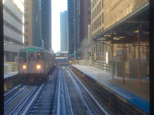 2018年の年末から2019年の年始にかけて、アメリカのシカゴとワシントンへ行ってきました。<br />ワシントンは2年前に訪れて、もう2度と行くことが無いと思っていたんですが、会社の後輩がワシントンに赴任したので会いに行ってきたんです。<br /><br />まだ肌寒い2018年4月中旬、通勤中の電車の中でついカッとなってアメリカ往復の航空券をポチってしまいました。勢い有り余り過ぎたと自分でも反省しています。<br /><br />このページは、2018年12月28日に成田国際空港を出発して、2019年1月1日のシカゴ最終日までの旅行記です。<br /><br /><br />航空券   147662円(アメリカ国内区間含む往復総額諸税込み)<br /><br />12月28日<br />ANA12便    成田国際空港(17時05分)→シカゴ・オヘア空港(13時45分)<br /><br />1月2日<br />ユナイテッド航空5819便(コードシェアANA7558便)シカゴ・オヘア空港(10時00分)→ワシントン・ロナルドレーガン空港(12時40分)<br /><br />1月5日→6日<br />ANA1便  ワシントン・ダレス国際空港(10時55分)→成田国際空港(15時15分)<br /><br />宿<br />12月28日→1月2日<br />ヒルトン シカゴ(Hilton Chicago)<br />$832(≒91575円)<br /><br />1月2日→1月5日<br />キャピタル ヒルトン(Capital Hilton)<br />$437(≒47725円)