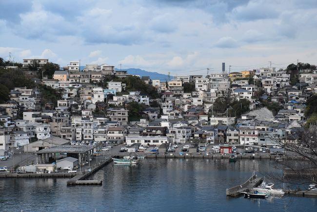 イタリア南部のアマルフィ海岸は、景勝地、高級リゾート地として有名で、「世界一美しい海岸」といわれており、1997年、世界遺産に登録されました。<br />アマルフィ海岸は約30km続く海岸線で、海沿いには断崖絶壁と複雑な海岸線が入り組んでおり、斜面に白い街並みが点在しているのを見ることができます。<br /><br />和歌山市にある雑賀崎(さいかざき)は静かな漁師町ですが、急峻な山並みに建ち並ぶ家々がまるで「アマルフィ」のようで、最近注目されています。<br />アマルフィそっくりの絶景は漁港を挟んで面している漁火の宿「シーサイド観潮(かんちょう)」から眺めることができます。<br /><br />今晩は漁火の宿に泊まり、アマルフィの絶景と海の幸をたっぷり味わい、翌日雑賀崎の岬と斜面に並ぶ町並みを散策します。<br /><br />雑賀崎はかつてホテルが乱立する観光地として賑わっていましたが、次第に訪れる人が少なくなり、今ではホテルが企業の研修センターに変貌したり、取り壊されないまま廃墟となった建物を見かけます。<br />そんな時代の変化の中でも「シーサイド観潮(かんちょう)」は、古い建物の内装や設備を現代版にリニューアルし、若い経営者とスタッフが顧客のニーズ(こだわり)にあう宿にしています。<br />こだわりは、港で獲れたばかりの新鮮な海の幸を使ったオリジナリティな食事や、部屋から眺める夕陽・雑賀崎の白亜の町並み・夜景、平成25年から誕生した紀州温泉露天風呂などです。<br />訪れる客はリピータが多く、人気の宿であることがわかります。<br /><br />なお、旅行記は下記資料を参考にしました。<br />・世界遺産オンラインガイド「アマルフィ海岸」<br />・漁火の宿「シーサイド観潮」HP<br />・和歌山県観光振興課「わかやま歴史物語100」<br />・トンガの鼻自然クラブ<br />・本場の本物ブランド推進機構「紀州雑賀崎の灰干さんま」