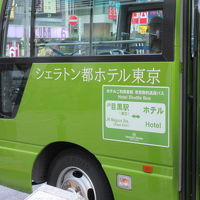 白金通りはひっそり。シェラトン都ホテル東京のラウンジはぎっしり。