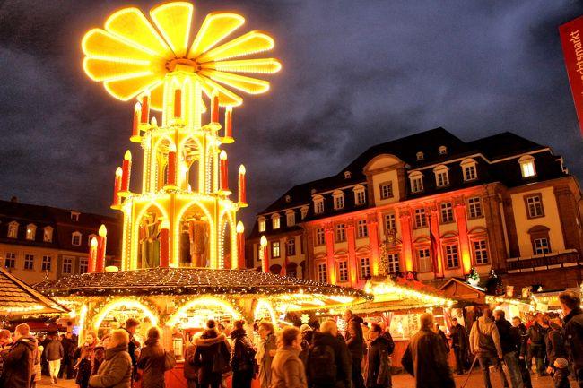 ローテンブルクの昼食後一路次の目的地ハイデルベルクに向かいました。2時間半かけてハイデルベルクに着いた時はもう夕暮れでした。街歩きとクリスマスマーケットを楽しみました。ここでもグリューワインをいただき体を温めました。<br /><br />それからまた今夜の宿泊地フランクフルトに1時間15分バスに乗りました。フランクフルトでもクリスマスマーケットを見ましたが、雨が降り出したので、ほとんどの人は添乗員さんとスーパーに行きました。<br />そろそろクリスマスマーケットにも飽きてきたので、フランクフルトのクリスマスマーケットの写真はありません。<br />夕食が付いてなかったので屋台の焼きソーセージのサンドイッチをいただきました。<br /><br />日程の変更でまたフランクフルトに戻るという効率の悪いコースとなりました。
