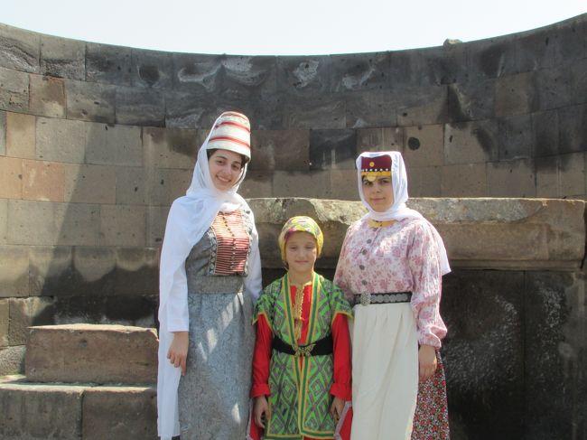 祝日を使ってロンドンからモスクワ経由でアルメニアのエレバンへやってきました。リプシメ教会、エチアミアジン大聖堂、ズヴァルトノツ遺跡をまわるツアーに入りました。飛行機から見えた以外は、アララト山がまともに見られず残念。アルメニア料理は美味です!