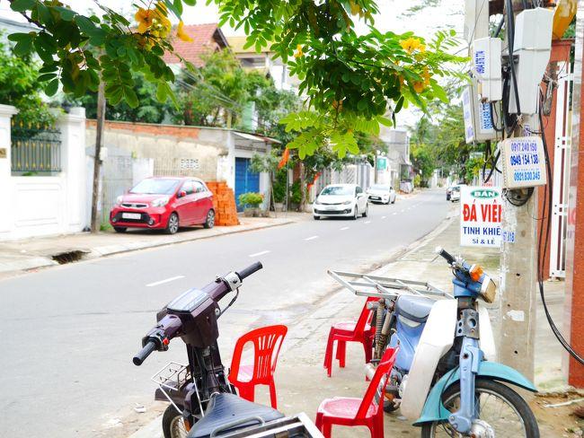 2018→2019、年末年始を久しぶりに海外で(*´▽`*)<br />行き先は、ベトナム中部のホイアン・ダナン♪♪<br />ハノイとホーチミンには以前訪問したけど、中部は初めて!<br /><br />8月半ば、日本旅行から「リゾートコレクション ダナン6日間」を予約。<br />思い切り雨季で、やっぱりお天気に恵まれませんでしたが…<br />したかったことは全部できたので、充実感はいっぱいです★<br /><br />関西空港9:45発<br />~ハノイ・ノイバイ空港乗り継ぎ~<br />ダナン空港19:10着(ベトナム時間17:10)<br /><br /><1日目>関西空港~ダナン空港→プルマンダナンビーチリゾート<br /><2日目>ミーソン遺跡→ホイアン(オプショナルツアー)<br /><3日目>ダナン市内観光→ホテルでカウントダウン<br /><4日目>ホテル周辺街歩き→ホイアン(特典)<br /><5日目>五行山→最後の買い物&街歩き→帰国(6日目)<br /><br />宿泊先:プルマンダナン ビーチリゾート(4泊)<br /><br />ダナン空港20:30発(日本時間22:30)<br />~ハノイ・ノイバイ空港乗り継ぎ~<br />関西空港7:20着<br /><br />4日目は…1月1日!<br />☆☆明けましておめでとうございます☆☆<br />○朝・夜にホテル内を散歩♪<br />○「Herbal Spa」でフットマッサージ1時間♪<br />○日本人オーナーの「KaHoLi Store」でリメイクバックを購入♪<br />○ホテル近くを散歩→「SIX ON SIX」でランチ♪<br />○ホイアンへディナー&アンホイ島リベンジ♪<br /><br />よろしければ、読んでみてください(^^)