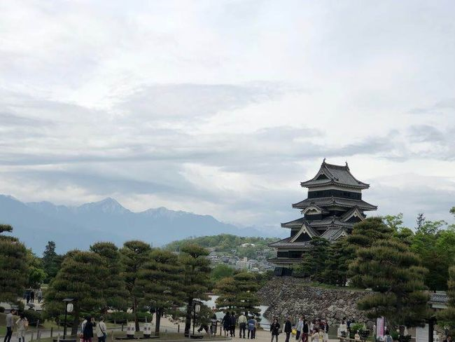 GWに急きょ松本へ<br />黒いお城で有名な松本城が見たいと並びました~!<br />GWの中の平日だったのでさほど並ばずに入れました。<br />他は中町通そぞろ歩きや夜は飲み歩いてとても楽しい旅となりました。