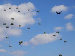 大空を舞い降りる落下傘/習志野演習場で第一空挺団の降下訓練始め(2019年)を観戦に行きました