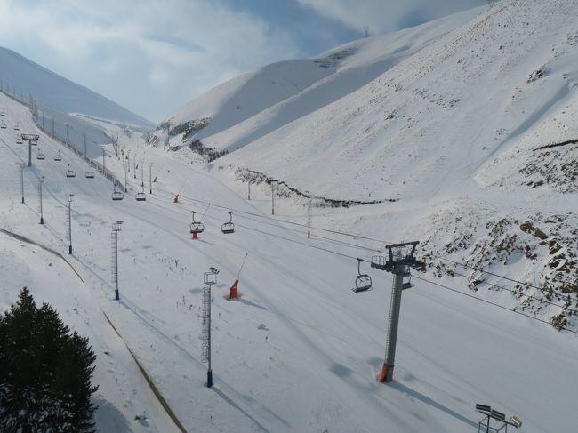 海外ぼっちスキー2018/2019シーズンの第1弾はトルコにやってきました。<br /><br />Day3~4のスキー場名はパラドッケンとコナクル<br />トルコの東部の中心地エルズルム近くにあるスキーリゾートです。<br /><br />スキー場のスペックを簡単に書くとパラドッケンはトップが3,176m、ベース部は2,200m、総滑走面積は43kmとかなりのスペック。実際は上部が廃止されていたので、この良いスペックの2/3ぐらいのスペックしかない。 コナクルはトップが3,140mでベースが2,200m、総滑走面積は22kmとこちらもなかなか!でも強風で2日間ともクローズだったので実力がわからない。<br /><br />まぁパラドッケンは敢えて行く程のスキー場ではなかったですね!<br /><br /><br /><br />■旅程<br />Day1-2   12/27(木)名古屋→羽田→ドーハ→イスタンブール→カイセリ(JAL/カタール航空/トルコ航空)<br />Day3     12/29(土)カイセリ・カッパドキア観光<br />Day4     12/30(日)カッパドキア周辺観光<br />Day5     12/31(月)エルジェスでスキー<br />Day6     1/1  (火)カイセリ観光<br />Day7     1/2 (水)カイセリ→イスタンブール→エルズルム(トルコ航空)<br />Day8     1/3  (木)パラドッケン・エジデルでスキー<br />Day9     1/4  (金)コナクルでスキー<br />Day10    1/5   (土)エルズルム観光→イスタンブール(トルコ航空)<br />Day11-12 1/6  (日)イスタンブール観光→ドーハ→羽田(カタール航空)<br />day13    1/8  (火)羽田→福岡→小牧(福岡観光)<br /><br /><br />海外スキーのレポートページがあります。<br />読んでいただければ幸いです。<br />http://soleil1969.com/ski/skitop.html<br />http://soleil1969.com/ski/1819tk/1819_tk_002.html<br />