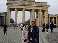 中欧4か国周遊のツアーをクリスマスマーケット巡りとして楽しむ。(1)ベルリン市内の2時間観光でベルリンの壁とブランデンブルグ門に感動する。