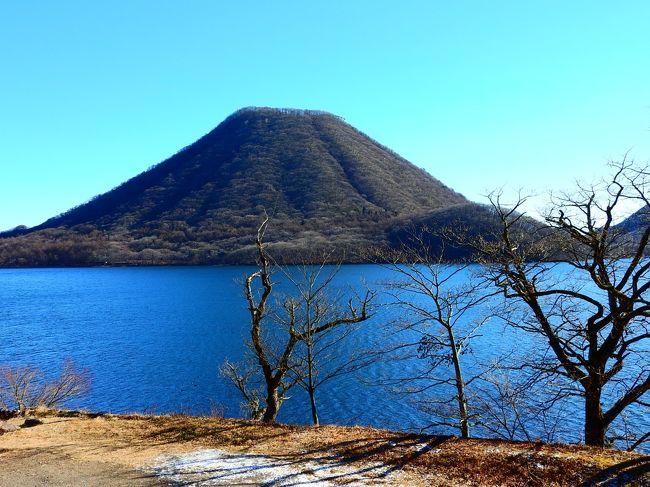 2019年の初詣は,群馬県の榛名神社へ.通常は伊香保温泉から榛名湖へ登って行くので,渋川市だとばかり思っていましたが,高崎市の一部だそうです.元旦でしたが,榛名湖は訪れる人も比較的少なく,とても静かでした.以前は湖面が全面氷結し,スケートやワカサギ釣りで賑わったそうですが,近年では温暖化の影響か全面氷結しないことも多く,2018年に氷上ワカサギ釣りが解禁されたのは7年振りだったそうです.元旦に訪れた今年は,まだ全く凍る気配はなく,湖面には鴨が泳いでいました.<br /> 榛名神社は榛名湖から3kmくらい下がった場所にあります.1,000年以上の歴史を持つ神社で,社殿は国指定の重要文化財になっています.群馬と言えば水沢観音が有名ですが,榛名神社の方が山門から本堂までの距離が長く,鬱蒼とした杉林の中を歩いて行くので,荘厳な感じがします.さすがにこちらは榛名湖と違って初詣の人達で一杯でしたが,駐車場にも簡単に入れ,待ち時間なしで参拝することが出来ました.