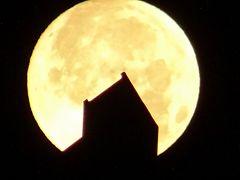 今年初めての満月は「スーパー・ムーン」 早朝と夕方のお月様の撮影。