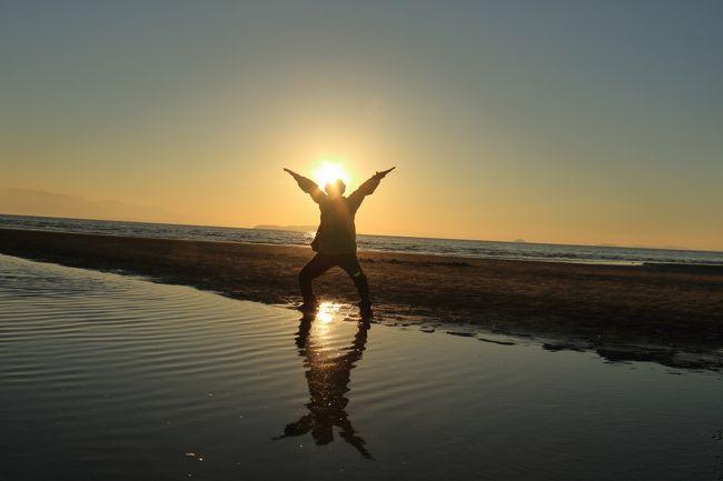 最近よく取り上げられている日本のウユニ塩湖と言われている「父母ヶ浜」。<br />どこにあるんだろう、香川県にあるとのこと、行ってみたい。<br />天気予報の天気の良い日を絞ると、1月の19日が快晴で、ぽかぽか陽気とのこと。朝起きた状況で行ってみようと計画です。<br />当日は予報通り快晴です。<br />せっかく行くのだからと、パソコンで調べてみると、「あわじ花さじき」の早咲きの菜の花が見ごろとのこと。<br />そして、長年行っていない「栗林公園」へもと計画実行です。
