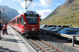 世界遺産レイティッシュ鉄道ベルニナ線の赤い列車