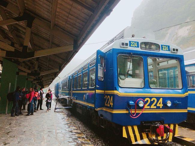 年末にマチュピチュ目指した個人手配、夫婦でペルー・ボリビア旅行。<br />この日は<br />・オリャンタイタンボから、マチュピチュ村(アグアス カリエンテス)まで移動。観光列車のペルーレイルのVistadomeクラスで、2人しか座れない先頭の席にすわる<br />・マチュピチュ村を夕方散策、マチュピチュ村に1泊<br /><br />ペルーレイルの先頭の席から見た景色。オリャンタイタンボでは晴れていたのが、ウルバンバ川沿いの深い谷をマチュピチュ村に近づくにつれて、怪しい空になっていく。。<br />そしてマチュピチュ遺跡に行く人は電車など何かしらで必ず立ち寄るマチュピチュふもとの村、その雰囲気は。<br /><br /><br />マチュピチュ村に一泊して、翌日はいよいよマチュピチュ遺跡。<br />そのマチュピチュ遺跡は次回の旅日記にて。