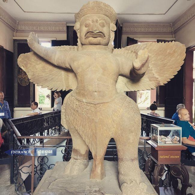 カンボジアのプノンベンのおすすめ国立博物館<br />プノンベンの観光のおすすめカンボジア国立博物館<br />&#128311;アンコールワットのほかにカンボジアの首都(プノンベン)メコン河地域があり、メコン河沿いに国立博物館があります。<br />カンボジア全国には博物館がたくさんあります。プノンベンの国立博物館は一番大きいものです。<br />フランス植民地時代に造られました。1920年に建造され、歴史ある石像や宝物などが見られます。<br />1万4000体の彫刻また石像、国宝が収蔵されており、<br />館内では2500体程見ることが出来ます。<br />営業時間<br />午前<br />8時から午後17時<br />入場券カウンター営業所<br />午前8時から午後16時30分<br />入場券<br />カンボジア人:500リエラ(15円)<br />外国人<br />10才から17才=$5<br />18才から$10<br />博物館は現場ガイドがいますので、博物館のガイドでないと館内で説明することが出来ません。<br />博物館のガイドサービスは2時間で$6、ガイド料はチケットの販売カウンターの近くで購入します。<br />館内でスマホを撮ることが出来ます。<br />プロカメラマンは$1パスを買うと写真を撮ることが出来ます。<br />昔は国立博物館は写真を撮ることが出来ませんでした。<br />プノンベンのおすすめ観光場所は国立博物館です。