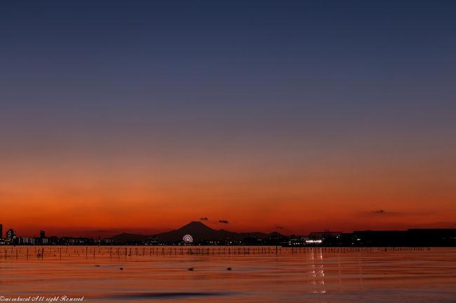 仕事のシフト表を見たら、三連休^^<br />写真撮影旅に申し込みをしたらキャンセル待ち^^;<br />前から見たかった富士山と夕日のコラボが見たい。<br />ならばと自分で計画を立て、お邪魔してみることにしました。<br />案の定、計画通りには行かないことばかりで・・・。<br />でも素敵な夕焼けを見ることができました。<br />一日目のことです。<br />