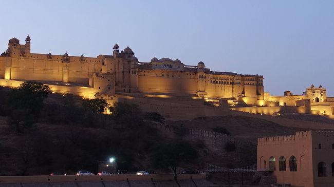 2018年の年末から2019年新春にかけてのインド旅。主要な目的地はラジャスタン州です。<br /><br />その8は、ウダイプールからイスラム教の聖者の墓のあるアジメール経由でジャイプールへ。アンベール城と風の宮殿ハワー・マハルの夜景を楽しみました。<br /><br />・アジメールへ<br />  オートリキシャーに乗り換えてアジメールダルガーへ<br />  喧騒の市場とダルガー<br />  ベジタリアンの昼食<br />・ジャイプールへ<br />  トラックでいっぱいの幹線道路<br />  ジャイプールは都会だった<br />  旧市街を抜けてアンベール城の裏へ<br />  階段井戸<br />  アンベール城のライトアップ<br />  風の宮殿ハワー・マハルのライトアップ<br />・ホテル タージ・ジャイマハール・パレス<br />  夕食と踊り<br />  朝のホテル<br /><br />表紙写真は、黄昏の中でライトアップされるアンベール城。