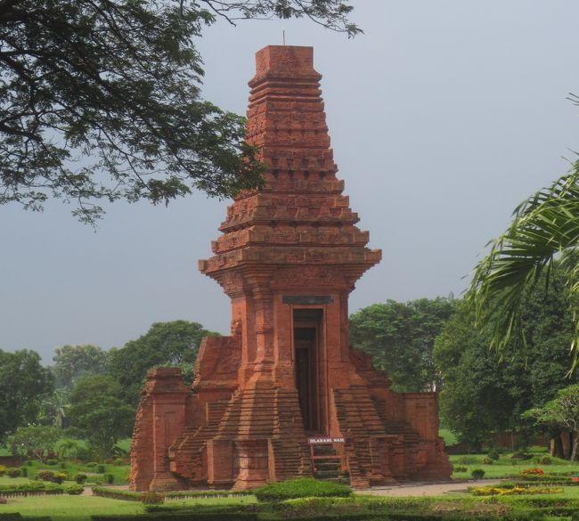 インドネシア第2の都市スラバヤ。住んでいる方にご案内いただく機会があり、市内や、橋が繋がって気楽に行くことが出来るようになったマドゥーラ島を観光してきました。<br /><br />そしてガイドブックを見て憧れていた場所もリクエスト。<br />*13~16世紀初頭にインドネシア最後のヒンズー教王国マジャパヒト王国の首都だと考えられるトロウラン遺跡<br />*そしてインドネシア独立の象徴ともなったコロニアルホテル・マジャパヒトホテル<br /> この2つも旅程に組み込んでもらいました。<br /><br />その1はトロウラン遺跡とマジャパヒトホテル
