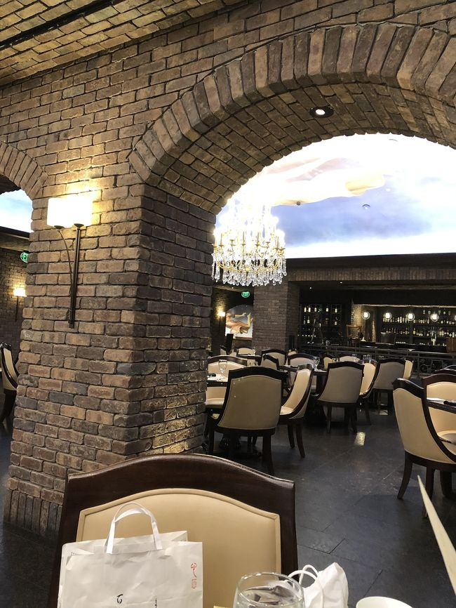 1450 Ala Moana Blvd #2250, Honolulu, HI 96814<br /><br />アラモアナショッピングセンター内の<br />素敵な、レストラン。<br />ランチは、サンドイッチ、デザート、飲み物を選び、ゆっくらランチを楽しむ形式。<br />ゴージャスな店内で とても 優雅な時間を過ごせました。ランチコースのみのようです。<br />ボートベーロ(キノコ)のサンドイッチが美味しかったです。