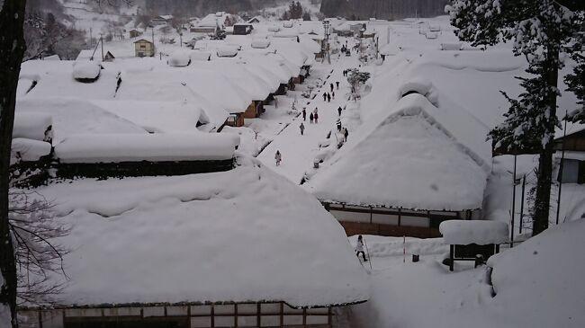 「冬はやっぱ温泉がよかね!?」「どうせなら雪見て一杯がよかよね~♪」「温泉に行こうか。」 「行こう行こう!」<br /> と、たちまち意見が一致した弥次喜多は、1月に北国を目指すことになりました。<br /><br />弥次:「会津若松に行こうや! よか温泉のあるよ。近くには大内宿ていう昔の宿場が残っとって、最近、大人気げな。知っとう?」<br /><br />喜多:「知らん… お~っし、そしたら大内宿と会津若松やね、OK! 楽しみやね~!  鶴ヶ城もはずせんよね?! 八重の桜やもんね! よか温泉旅館もあるごたあね!!」<br /><br /><br />とここまではすんなりでしたが、 うん?大内宿てどこにあると?会津ってどげんしていくと??<br />