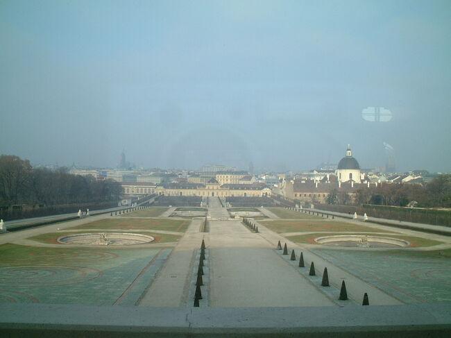 3日目の18日は<br />シェーンブルン宮殿、<br />夜は楽友会館でのコンサート<br />19日はベルヴェデーレ宮殿、そして<br />夜はフォルクスオーパーと<br />ウィーンの王道観光。<br />今回は宮殿編で<br />写真はベルヴェデーレ宮殿<br />上宮前から北方向、突きあたりが下宮。<br />疲れていたら奥まで歩くのが嫌になる広さ