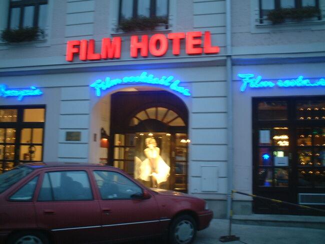 ウイーンに 6泊するので<br />どこか遠くに(?)行こうか、と言う話になり<br />ブダペストは少し遠いし、一番近い隣国、<br />スロヴァキアのブラティスラヴァに決定、<br />20日の朝から出かける。<br />そして21日には温泉街の<br />バーデン (bei Wien)にも行った。<br /><br />写真はブラティスラヴァにあった<br />Film Hotel という名のホテル。<br />モンローの有名な写真(?)があるように<br />映画をテーマにしたホテルらしい。<br />今回はウイーンからの日帰りなので無理だが<br />次回に行くときは泊まってみたい