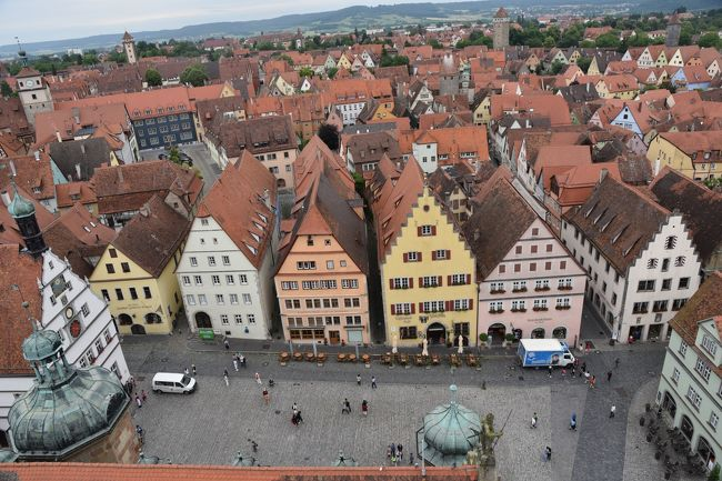 ヴュルツブルクからロ-テンブルクへロマンティック街道を移動。<br />歴史的には中世及び近代から現代にかけ観光地として栄えている街。<br />美しい中世の街並みが残るロ-テンブルクの街は観光化され過ぎているようにも感じたがされどロマンティック街道の中では日本人には人気が高い観光地のようだ。<br />童話の世界から抜け出てきたようなメルヒェンを感じさせる美しい街並みと夜景が印象に残った。<br />何よりカメラを向けて絵になる撮影ポイントが沢山あるのが素晴らしい。<br /><br />ドイツを旅した日本画家東山魁夷がこの地で何枚もの絵を描いている。<br />「泉」1970年、「赤い屋根」1971年、「塔の影」1971年,「ロ-テンブルクの門」1971年、「丘の上のロ-テンブルク」1971年など<br /><br />日本でいうと古い格式のある旅籠みたいな1264年築のロマンティックホテル・マルクストゥルムに宿泊し小鳥のさえずりで朝目を覚ますフレッシュな体験をした。<br />観光すると絶景も記憶に残るがマルクストゥルムのように日本人にフレンドリ-な女主人がいて雰囲気の良いホテルに宿泊すると充実感が更に増す。マルクストゥルムは日本でいうと老舗旅館だ。<br />ナチス統治下のユダヤ人追放の負の歴史はあるが日本画家東山魁夷に限らず美しい街は世界の人から愛されている。<br />ドイツらしいメルヒェンチックな童話の世界にタイムスリップしたかのように時の流れを忘れさせてくれる。<br /><br />表紙画像 市庁舎の塔からロ-テンブルクの街並み<br /><br />□ 6/24(金) 成田空港→オランダ スキポ-ル空港乗継ぎ→ミュンヘン空港  ミュンヘン泊 <br />□ 6/25(土) ノイシュバンシュタイン城,ヴィ-ス教会 ミュンヘン泊<br />□ 6/26(日) 日中 ケ-ニヒス湖,オ-バ-湖(Obersee ) <br />□ 6/26(日)  夜   ミュンヘン旧市街  ミュンヘン泊<br />□ 6/27(月) 午前 ミュンヘン旧市街<br />□ 6/27(月) 午前 ハイデルベルク旧市街 ハイデルベルク泊<br />□ 6/28(火) 午前 ハイデルベルク<br />□ 6/28(火) 午後 ヴュルツブルク<br />■ 6/28(火) 夜 ロ-テンブルク旧市街 ロ-テンブルク泊<br />□ 6/29(水) 午前 ディンケルスビュール,午後 ニュルンベルク<br />■ 6/29(水) 夜 ロ-テンブルク旧市街  ロ-テンブルク泊<br />■ 6/30(木) 午前 ロ-テンブルク<br />□ 6/30(木) 午後 フランクフルト  フランクフルト泊<br />□ 7/1 (金) ライン川下り(リュ-デスハイム→ボッパルト),<br />                マインツ  ケルン泊<br />□ 7/2 (土) 午後 アムステルダム ザ-ンセ・スカンス アムステルダム泊<br />□ 7/3 (日) 日中  アムステルダム旧市街観光<br />□ 7/3 (日) 夕方  オランダ スキポ-ル空港発(成田直行)機内泊 <br />    7/4 (月) 成田空港着<br /> <br />以下Wikipediaなどから引用<br />ローテンブルクの正式名称<br />ローテンブルク・オプ・デア・タウバー 独: Rothenburg ob der Tauber<br />タウバー川を望む丘の上のロ-テンブルクと訳されるようだ。<br />歴史<br />東フランケン地方の貴族によって970年頃創設、ロ-テンブルク泊が城を建てる。その後ホーエンシュタウフェン家が1194年から1254年迄統治。1274年以降は神聖ロ-マ帝国の帝国自由都市とみなされるようになる。<br />1373年から1408年のトップラ-市長の頃が街の全盛期でニュルンベルクにつぐフランケン地方第2の街となる。<br />この頃十字軍のもたらした聖血によりヤコブ教会への巡礼で栄える。<br />1618年からの30年戦争の間で街の存亡の危機を旧市長のヌッシュにより回避した話は祝祭劇『マイスタートゥルンク』で今も語りつがれている。<br />30年戦争終結後に街の発展が停まり逆に幸いして中世の街が保存された。<br />しばらく経済の停滞は続いたが1880年代以降観光地として発展、ナチス支持者からドイツのお手本の街とされ人気が増した。ナチス統治下でハイデルベルク同様ユダヤ人は追放。ミュンヘン、ニュルンベルクなど南ドイツはナチスが活躍した場所でもあり空襲で破壊されている。<br />第2次世界大戦で空爆され街の東側40%が破壊されたが
