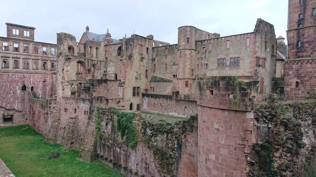 この冬、フランクフルトから、ハイデルベルクに小旅行。<br />天候は曇りがち、非常に寒かったのですが、古い城は郷愁を誘います。<br />