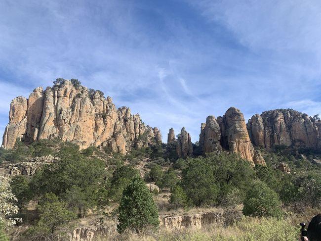 サカテカスの街から約2時間走っところにsierra de los órganos があります。公園に着くとすぐに見える、空にそびえる数々の自然岩。さらに公園内を散策すると目の前に見える自然岩の迫力に感動しました。どうやってできたのか?自然の力は凄いなあ~と思いました。