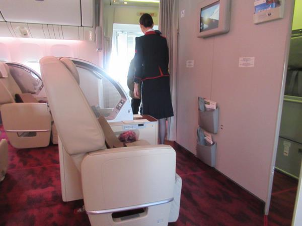 3連休中日の今日。姫路・岡山の旅に出発しました。今は姫路のホテルに着いてさっそく旅行記を書いています。<br /><br />羽田空港から乗ったJALファーストクラスは定刻に大阪伊丹空港に到着しました。<br />空の上ではおいしい機内食を味わってゆったりとしたフライトを楽しむことができました。