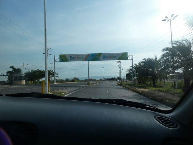 ベネズエラのバルセロナ(Barcelona)空港、夕方4時半頃には出発ゲートに入り、やっとここでハンバーガーにありつく(下の写真1)。フライトは少し遅れたが、30分ほどで7時前にカラカス(Caracas)のシモン・ボリバル国際空港(Aeropuerto Internacional de Maiquetia Simon Bolivar=通称カラカス空港)に到着。最初の日に国際線で出迎えてくれ、国内線まで送ってくれて両替してくれたドライバーが無事迎えてくれた。<br /><br />カラカスは空港から内陸部に約30㎞ほど入ったところにあるのだが、世界一危険な町とも云われる町なので、そちらへは向かわない。まあ、今私は、同じく世界の中の危険都市に並んでよく上げられるジャマイカ(Jamaica)のキングストン(Kingston)に住んではいるのだが、カラカスではタクシー運転手さえ強盗に早変わりすることがあるとか読んだし、キングストンはそこまではいかない。で、この日の宿は空港の南のカラカス方向ではなく、カリブ海沿いに東に15㎞ほど行ったところにあるマクト(Macuto)と云う町のホテル。ここは19世紀からカラカスの金持ちたちの保養地として発展したところ。この日ももう日が暮れてたし、翌朝は日の出前に出たので、分からないがたぶんカリブ海の景色がきれいな町だと思う。ただ、近年のベネズエラは酷い状態になっており、この町も例外ではないようだ。<br /><br />夜7時半頃にホテルに無事到着。夕食を食べたいのだが、レストランを聞くと、この日は月曜日だったのだが、月曜は店はどこもやってないと云う。これも信じられない話。結局、送ってくれたドライバーの彼がまだいて、彼の知り合いの店なら開いてると云うので、車で連れて行ってくれる。一人なら絶対入れない小さな食堂。人はいるけど、みんな近所の人のようで、客らしき人は私の他にはいない。注文も聞かずにここでもハンバーガーが出て来たが、これは出来合いのものを温めたやつだった。ベネズエラで、3回目のハンバーガーだったが、これまで2回の平べったいやつではなく、普通の形だった(下の写真2)。とりあえず食べられることに感謝。トイレ借りたけど、汚かったなあ・・・ あ、そうそう、ガイド代、十分に出てるのか、金はいらないとのことだった。いやまあベネズエラのお金、残したくないので、払っていいんだけど・・・<br /><br />でも、まあお陰で空腹に苦しむことなく夜を過ごせた。ホテルまでまた送ってくれて、助かった。ホテル、Wifiは通じるんだけど、インターネットに接続が出来ない。ファイアーウォールで引っ掛かってるみたい。で、フロントのおっちゃんとしばらく話すが、彼は英語が分からず、非常に会話に苦労したが、やがてたとえ言葉が通じたとしても、このおっちゃんにファイアーウォールの話を聞いても分かるはずがないと諦めた。結局通じなかったなあ・・・<br /><br />17年11月14日(火)、疲れてるわりにはあまり熟睡できない夜を過ごして朝5時には起きる。眼がバシバシの状態でコンタクトがうまく入らず苦労する。5時半にはドライバーが迎えに来てくれる。外はまだ真っ暗。6時前には空港に着き、彼ともお別れ。彼にもチップ渡したっけ? まあ、札束のほとんどはまとめてのチップで処理できた。彼も大変いい人で、本当に良かった。あまり話はしなかったが、彼も今のベネズエラの国の状況は酷いとぼやいてた。ベネズエラで逢った皆さんのためにも国の状況が一刻も早く良くなることを祈る。ただ、19年に入ってますます混沌を極めているようで、状況はますます悪化してるようで悲しい。どうかアメリカが軍事介入しませんように! 最近(19年1月)のイッテQ!で、ギニア高地(Escudo Guayanes)の標高2810mのロライマ山(Monte Roraima)にイモトアヤコが行ってたけど、多分18年の11月か12月頃だと思うし、よく行ったよね。渡航禁止じゃないの?今は。<br /><br />改めてだがシモン・ボリバル国際空港、5日前に南米に初めて降り立った空港。この空港は1945年にマイケティア国際空港(Aeropuerto Internacional de Maiquetia)として開場した。マイケティアは空港がある場所の名前。カラカスの北約30㎞の街で、07年にはカラカスとの間にリニアモーターカーが提唱されたが現状では実現の可能性は限りなく低いようだ。この空港には70年代後半から80年代にはエールフランス(Air France)によってパリ(Air France)との間にコンコルド(Concorde)便が就航されていた。国際線のターミナルはその頃に作られたものだが、近年のベネズ