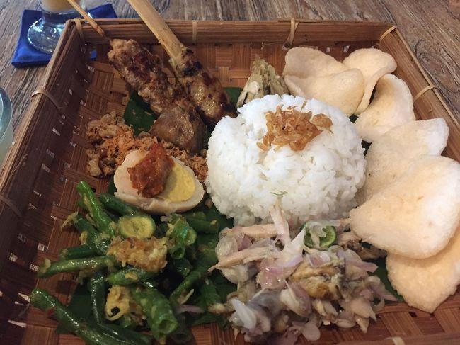 インドネシアの代表料理、ナシチャンプル<br />ナシはインドネシア語で白ご飯、チャンプルは混ぜるという意味です。<br />ナシチャンプルは、白ご飯に色々なおかずが少しずつ付いた、よく日本の定食の様だと表現されます。<br /><br />観光客向けのレストランとかでも食べれます。<br />レストランでの注文の方法と、ローカルのワルン(屋台)での注文の方法は違います。<br /><br />レストランでは普通に「ナシチャンプル1つ」と注文して、付いてくるおかずはレストランお任せです。<br /><br />ローカルワルンでは「お母さん、ナシチャンプル10,000ルピア分頂戴。野菜多めで!」と値段と、おかずの希望を伝えます。<br /><br />良かったらローカルワルンを楽しんでみてください。<br /><br />https://karismabalitour.com/index_jp.html