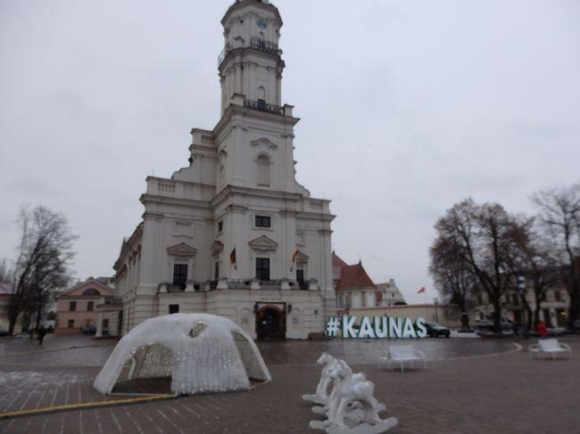 冬のカウナス。<br />市庁舎広場はクリスマスモードでキレイでした。<br /><br />夜ならもっとキレイだったんだろうと思います。<br /><br />覚悟して渡航しましたが、日中のリトアニアは0度でした。<br />賑やかだった5月のリトアニアの主要観光都市も12月は静かで、のんびり観光できました。<br /><br /><br /><br /><br />余談ですが、カウナスのガイドさんもリトアニアの方でしたが、流暢な日本語を話します。<br />大学時代に大阪の大学に留学し、下宿先の方達に関西弁をみっちり鍛えられたそうで、関西弁もなかなかの方でした笑
