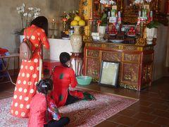 ニンビンの世界遺産地区をプチ散歩4 テト(旧正月)の風景。 Den Duc Thanh Tran 可愛い女の子に話しかけられる(^_^)/ 山水寺 なぜかお供え物に日本のお酒 (*_*)!?    テトのディチョイ(遊びに行く)渋滞 (-_-)/