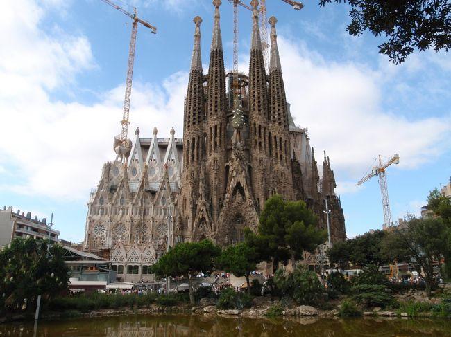 バルセロナのハイライト、永遠の建設中サグラダファミリア。<br />それ以外にも街歩きと共にガウディ建築をウロウロ。<br /><br />本文中の金額は旅行当時の両替レート。