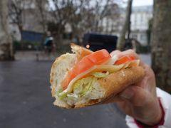 パリを歩く(4.4) モンマルトルのパン屋さんのバゲット。おいしいんだなぁ、これが。