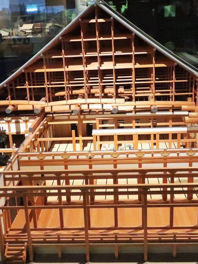 """9階 中世近世フロア 探検!水都の町並みぐるっとめぐり<br />エスカレーターで9階に降りると、信長と戦った本願寺の時代の大阪に到着。さらに、天下の台所の時代 では文楽人形「浪花屋」を水先案内人に、水都の景色を楽しんでください。<br />1/20のミニチュア模型では町の賑わいを再現。活気あふれるなにわの町人たちの暮らしが、いきいきとくりひろげられます。<br />http://www.mus-his.city.osaka.jp/news/zyousetu/9f.html より引用<br /><br />大阪歴史博物館(Osaka Museum of History)は、大阪市中央区のNHK大阪放送局に隣接して建つ大阪市立の博物館。館長は栄原永遠男。 大阪城公園の南西、難波宮跡公園の北西に2001年(平成13年)、開館した。設置は大阪市教育委員会。地下1階に難波宮遺構が保存され、ガイドツアーによって見学が行われている。 <br /><br />当館の前身は大阪城公園内に1960年(昭和35年)に開館した大阪市立博物館(旧陸軍第四師団司令部庁舎)である。同博物館は歴史系博物館の先駆的な存在であり、史料あるいは資料を持たず""""ゼロから出発""""した開館以来、市民に支えられ、ともに歩み続けてきた。その精神は大阪歴史博物館にも引き継がれ、館蔵資料は10万点を超えている。 <br />博物館の展示構成は、常設展示と特別展示に大別される。10階から7階が常設展示、6階が特別展示となる。 <br /><br />常設展示の展示コンセプトは""""都市おおさか""""。観覧者はエレベータで10階まで上がると奈良時代の「難波宮」大極殿が現れ、9階には本願寺の門前町であった室町時代から豊臣秀吉による大阪城築城を経て、「天下の台所」と称された江戸時代までの大阪の町が広がり、7階には大正から昭和初期にかけての「大大阪時代」を再現している。 <br />(フリー百科事典『ウィキペディア(Wikipedia)』より引用)<br /><br />大阪歴史博物館 については・・ http://www.mus-his.city.osaka.jp/<br />https://osakalucci.jp/mus-his.city.osaka<br /><br />鎌倉幕府の成立(1192年)から室町幕府の滅亡(1573年)まで、すなわち鎌倉時代と室町時代(戦国時代まで含む)を合わせたおよそ4世紀の期間を中世と定義するのが一般的であった。<br />ここに定義された「中世」は政治史的に武家政権(幕府)による支配を特徴としており、天皇の政権(朝廷)が全国を統合していた古代(大和時代・奈良時代・平安時代)と区別された。また武家政権の存在した時期でも、強力な中央政権(あるいは連邦政権)によって新たな支配構造が形成される近世(安土桃山時代・江戸時代)を区別する。 <br />中世と近世との画期をどの時点に求めるかについては、(1)統一事業に乗り出す織田政権が姿を現した信長上洛(1568年)、(2)太閤検地で荘園公領制を最終的に解体した豊臣政権による全国統一(1590年)、(3)幕藩体制による全国支配を確立する江戸幕府の成立(1603年)などさまざまな見解がある。<br />(フリー百科事典『ウィキペディア(Wikipedia)』より引用)<br />"""