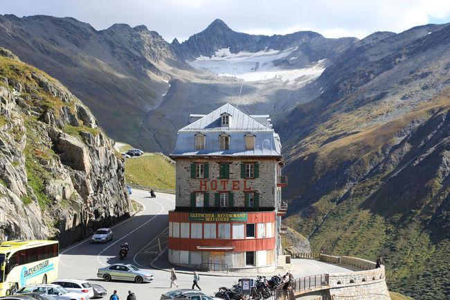 スイス3日目、サンモリッツからレイティッシュ鉄道でクールまで山岳風景を楽しんだ後は、スイスの国を西へと横断していきます。クールからオーバーアルプスパスを経てアンデルマットで昼食。午後からフルカ峠を抜けローヌ氷河を見て、ツェルマットを目指します。<br /><br /> 2つの高所にある峠を越えたわけですが、その峠道はとても狭くて大型バスが通るとは思えないくらい。後にはバイクや観光の乗用車などが数珠つなぎとなります。ベテランの運転手さんはギリギリの離合をして、どんどんバスを走らせますが、乗っている我々はちょっとヒヤヒヤするくらいでした。<br /><br /> 窓から見えるスイスの山岳風景はとても美しいところの連続で、高山と草原の織りなすアルプの風景に心を癒やされます。ただ、ローヌ氷河はその巨大さを期待していましたが、もう消える寸前くらいに小さくなっていて、今度来たときはなくなっているかもしれないと思うくらいです。