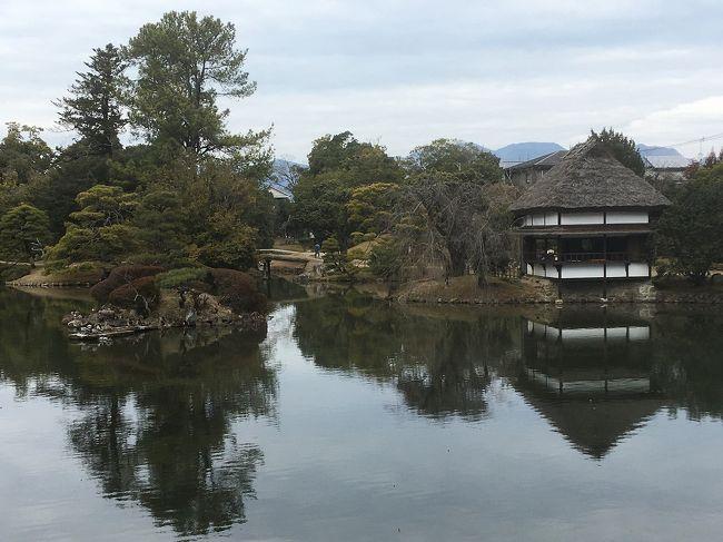1泊2日の団体バスツアーで冬の岡山の津山市と鳥取観光をしてきました。<br />この時期の山陰は雪で大変だと思い、ツアーを申し込んだのですが、先日の北陸と同様に積雪のない旅となってしまいました。<br />旅程は、<br />1日目は津山市の中山神社参拝と衆楽園を散策して大山へ移動して宿泊。<br />2日目は米子の城下町を散策し、鳥取砂丘の観光後、賀露港とあわくらんどで買い物をして帰宅。<br />結構慌ただしいツアーでしたが、料金が1泊4食付きで1万9900円と格安。<br />温泉に入りに行くと言う気分で参加しました。<br />今回は1日目の津山市内の観光をメインに紹介します。<br />津山には津山城の桜の花見で何度か遊びに行きましたが、中山神社は初めて。<br />表紙の写真は衆楽園です。<br />雪が積もっていたらもっと絵になったのに残念です。<br />
