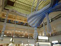 パリを歩く(5.3) ル・ボン・マルシェは中央吹き抜けの飾りが目を引きます。