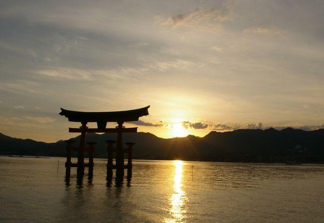 3度目の広島、3度目の宮島。<br />よもや3度も訪れる機会に恵まれるとは思ってもみませんでした。<br />今回も厳島神社で行われる「世界遺産劇場」のライブ鑑賞が旅のメイン。<br />どこに行こうか迷った末、宮島では弥山と広島では平和記念公園をメインにすることに。<br /><br />旅行1日目。<br />過去2回とも天候不良のためロープウェイに乗れなかったので今度こそ! と思ったのですが…。<br />今回は晴天にも関わらず点検のために運休しておりました。<br />弥山はあきらめて、水族館へ行ってみることにしたのでした。<br /><br /><br />1日目:宮島水族館と厳島神社<br />2日目:平和記念公園とおりづるタワー<br /><br />世界遺産劇場<br />http://www.sekaiisangekijyou.com/pc_index.html<br />宮島水族館 - みやじマリン<br />https://www.miyajima-aqua.jp/<br />伊都岐珈琲<br />https://itsuki-miyajima.com/<br />ホテル法華クラブ広島<br />https://www.hokke.co.jp/hiroshima/<br /><br />宮島と広島(2) 平和記念公園とおりづるタワー<br />https://4travel.jp/travelogue/11461353<br /><br />2006年の広島旅(広島と錦帯橋)<br />https://4travel.jp/travelogue/10242820<br />2015年の広島旅(厳島と竹原)<br />https://4travel.jp/travelogue/11173185